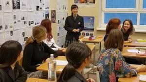 日本語の授業で日本文化について説明する本校生徒