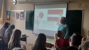 日本とラトビアの文化比較に関するイネセ副校長による授業